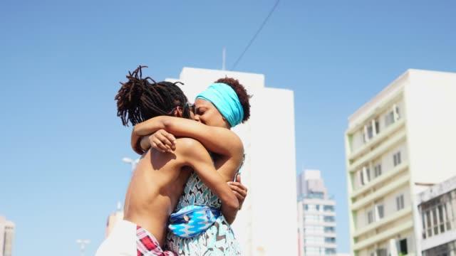 vídeos de stock e filmes b-roll de african romantic couple enjoying a summer day at city - passagem de ano