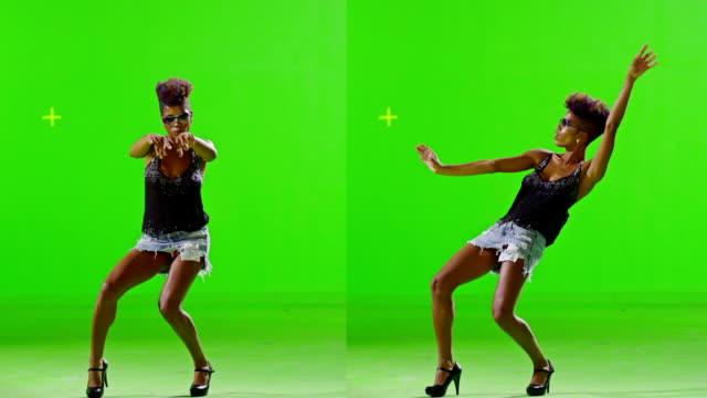HD-afrikanische stilvolle Mädchen Tanzen auf grünen Bildschirm. Stroboscope Licht am Körper. Zeitlupe. – Video
