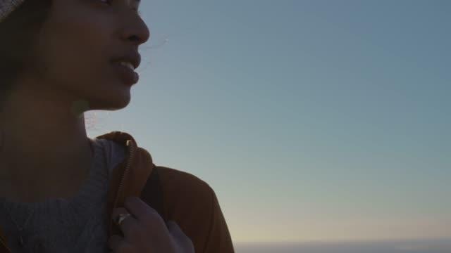 vídeos y material grabado en eventos de stock de mujer africana excursionista mirando a su alrededor - abrigo
