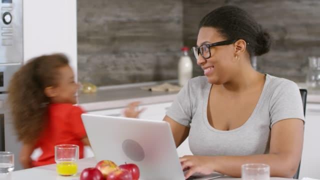 vidéos et rushes de femme africaine travaillant à la maison - femmes actives