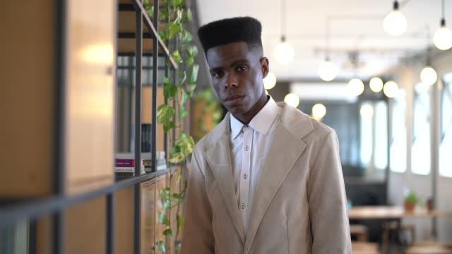vídeos de stock, filmes e b-roll de homem de negócios novo africano que usa o retrato digital da tabuleta - brasileiro pardo