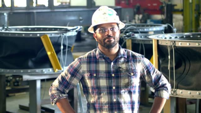african-america man in metal fabrication plant, hardhat - portret do pasa filmów i materiałów b-roll