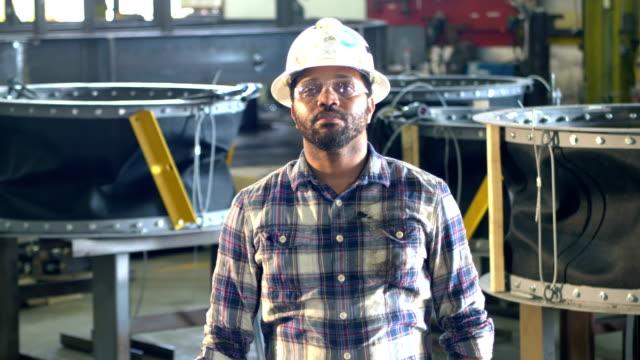 afrika-amerikanischer mann in metallfabrik, hardhat - bauarbeiterhelm stock-videos und b-roll-filmmaterial