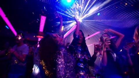 vídeos y material grabado en eventos de stock de africano-americano de belleza para celebrar la noche con su chica amigos - bailar