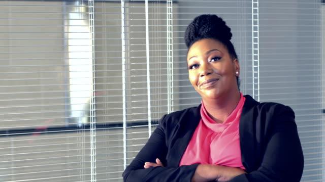 afroamerikanischen geschäftsfrau im sitzungsraum - übergrößen model stock-videos und b-roll-filmmaterial
