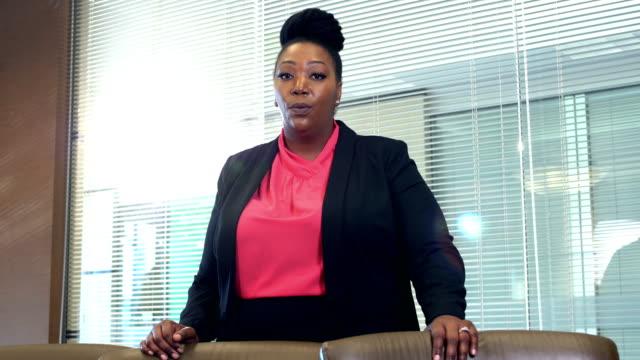 afroamerikanischen geschäftsfrau im sitzungsraum im gespräch - übergrößen model stock-videos und b-roll-filmmaterial