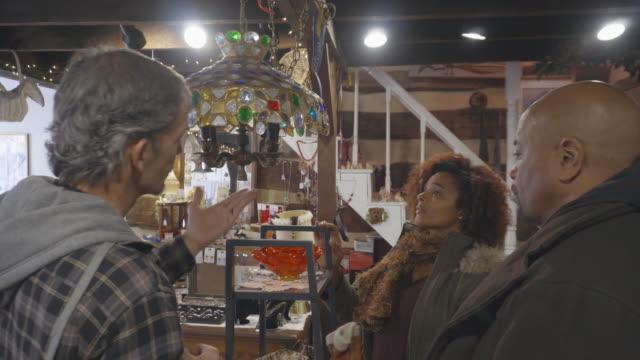 骨董品店でアフリカ系アメリカ人カップル ショップ - 骨董品点の映像素材/bロール