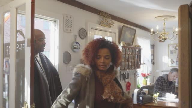 african-american paar shop bei antiquitäten - antique shop stock-videos und b-roll-filmmaterial