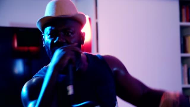 vídeos de stock, filmes e b-roll de africano-americano bêbado hip-hop - artista