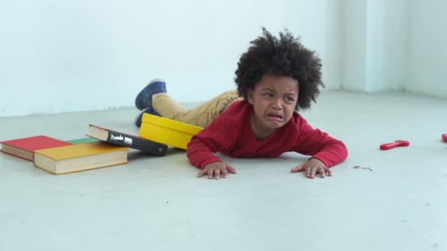 stockvideo's en b-roll-footage met afrikaans-amerikaanse etniciteit weinig jongen, schreeuw, droefheid - schooljongen