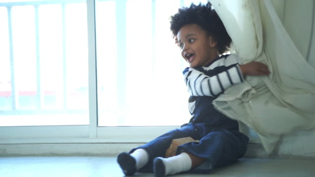 African-American Ethnicity little boy playing peekaboo game - vídeo