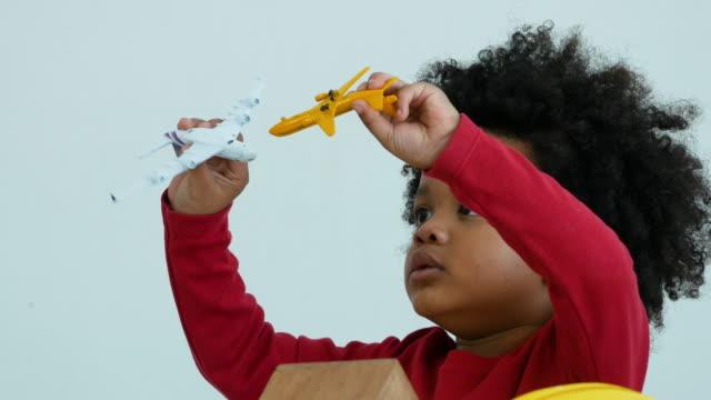 vídeos de stock, filmes e b-roll de afro-americano etnia menino jogando bloco de brinquedo - consciência negra