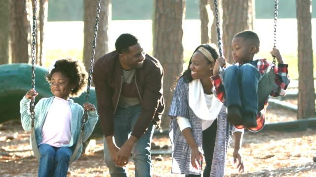 afro-amerikanische familie spielen auf schaukel - schaukel stock-videos und b-roll-filmmaterial