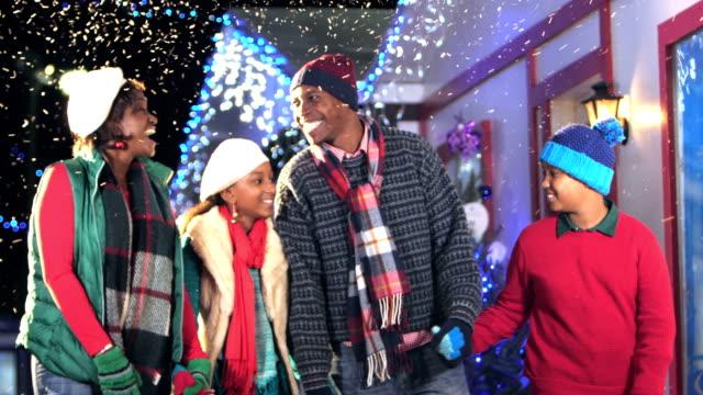 stockvideo's en b-roll-footage met afro-amerikaanse familie wandelen op winter festival - family winter holiday