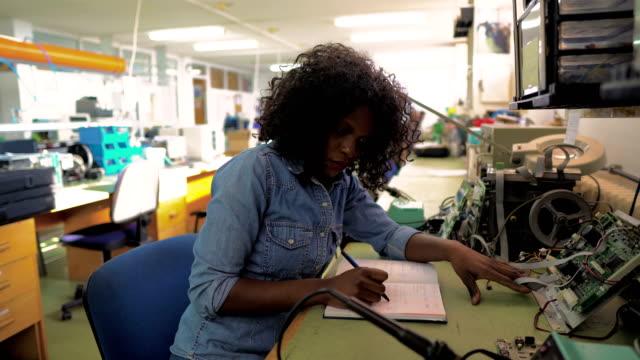 afroamerikanische mitarbeiterin im ingenieurbüro - arbeiter stock-videos und b-roll-filmmaterial