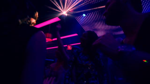 afroamerikansk flicka firar utekväll med hennes vänner - nöjesklubb bildbanksvideor och videomaterial från bakom kulisserna