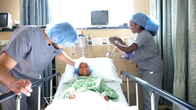 vidéos et rushes de fille afro-américaine dans l'hôpital avec des médecins - infirmier