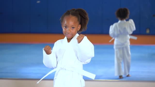 vidéos et rushes de fille afro-américaine apprenant le taekwondo - arts martiaux