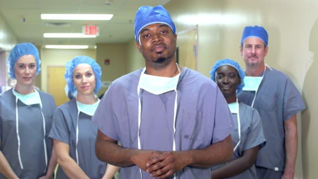 afro-amerikalı adam hastanede sağlık ekibinin lideri - cerrahi önlük stok videoları ve detay görüntü çekimi