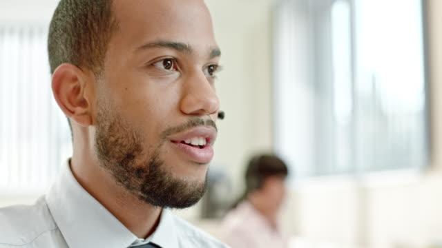 afro-amerykański wsparcia technicznego operatora zakończenie rozmowy - pracownik obsługi klienta filmów i materiałów b-roll