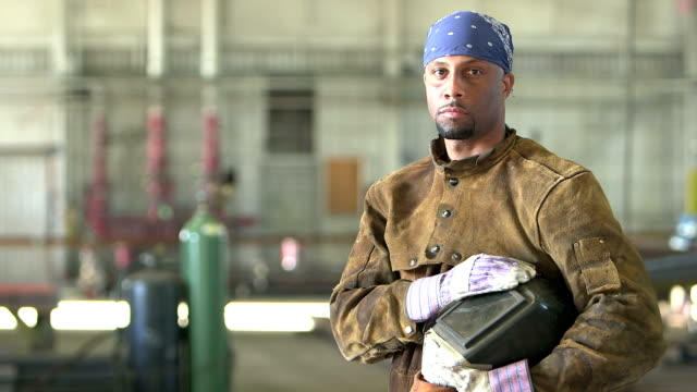 african-american welder in metal fabrication shop - irriducibilità video stock e b–roll