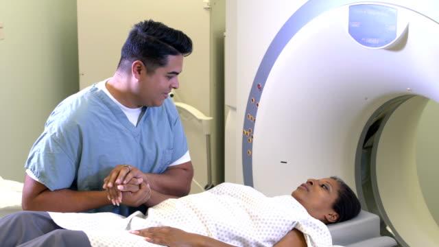 vídeos de stock e filmes b-roll de african-american woman getting a ct scan - tomografia