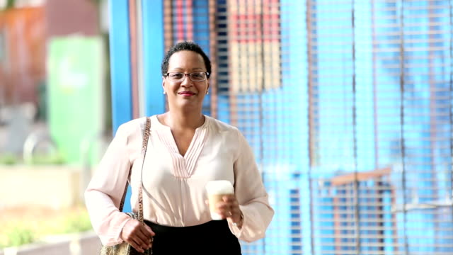 afroamerikanerin in stadt zu fuß zur arbeit - in den vierzigern stock-videos und b-roll-filmmaterial