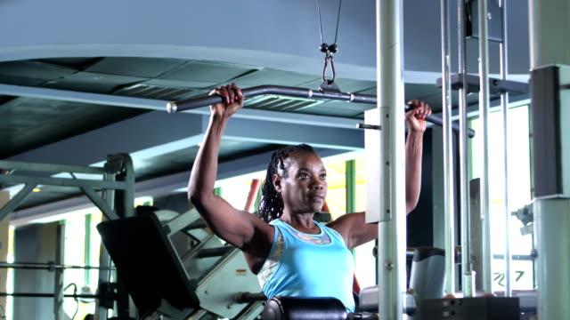 vídeos de stock e filmes b-roll de african-american woman strength training at the gym - 55 59 anos