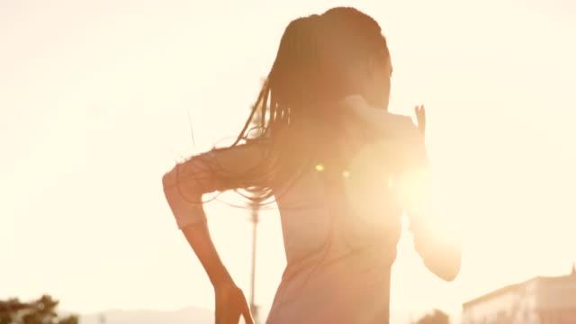 vídeos de stock, filmes e b-roll de slo mo ts afro-americana com cabelo longo trançado correndo no estádio ensolarado com chamas do sol - camiseta preta