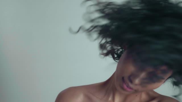 stockvideo's en b-roll-footage met afro vrijheid - hair woman
