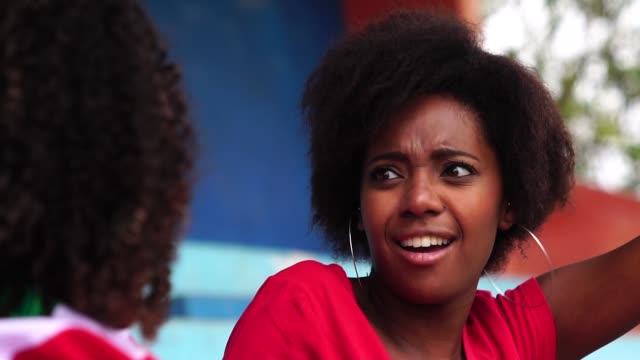 Afro amigos viendo un partido de fútbol - vídeo