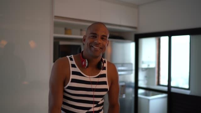 vídeos de stock, filmes e b-roll de afro latino hispânico retrato homem em casa - brasileiro pardo
