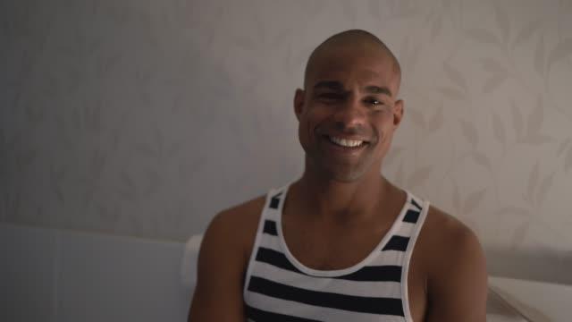 vídeos de stock, filmes e b-roll de retrato de homem afro latina na cama - brasileiro pardo
