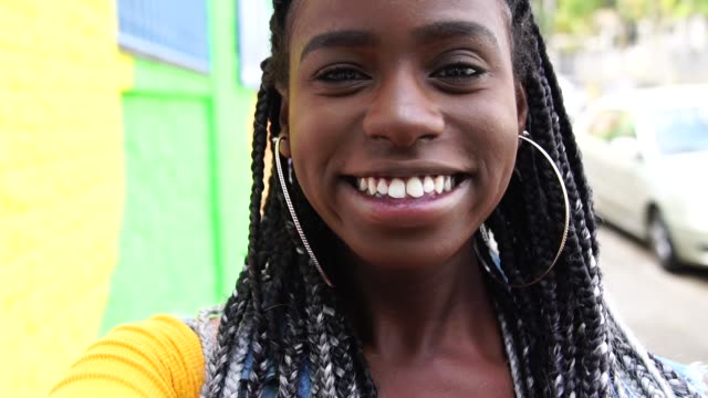 afro kvinna tar en selfie - afro bildbanksvideor och videomaterial från bakom kulisserna