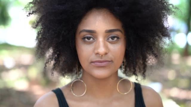 stockvideo's en b-roll-footage met afro jonge afdaling vrouw portret - afro amerikaanse etniciteit
