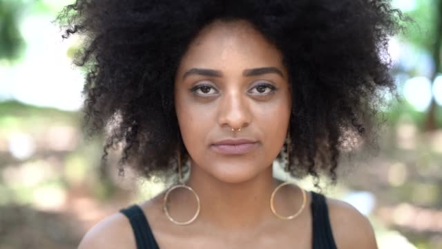 vídeos de stock e filmes b-roll de afro young descent woman portrait - afro americano