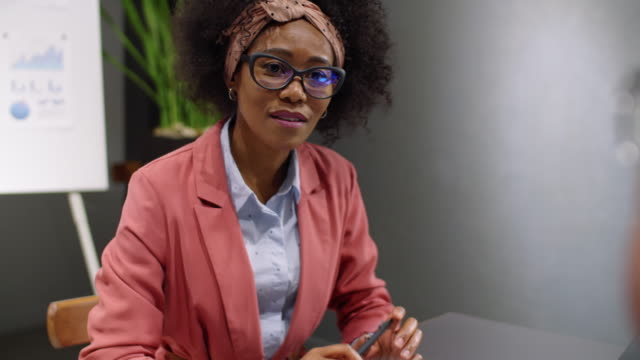 afro-american business lady mit kollegen im büro - weibliche angestellte stock-videos und b-roll-filmmaterial