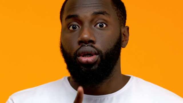 afro-amerykański facet co gest ciszy zbliżenie, prosząc być cicho, spisek - cisza filmów i materiałów b-roll