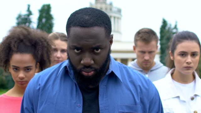 afroamerikanischer mann mit multiethnischen freunden auf stiller kundgebung für rassengleichheit - vereinen stock-videos und b-roll-filmmaterial