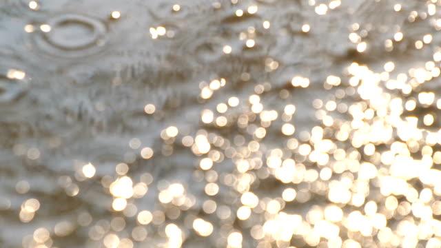stockvideo's en b-roll-footage met na de regen, regendruppels met zon licht in slow motion - regen zon