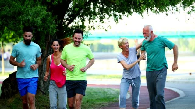 afternoon jogging - aktywny tryb życia filmów i materiałów b-roll