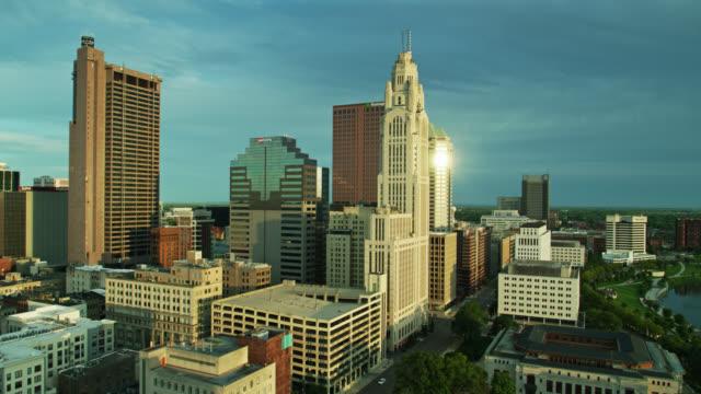 afternoon sunlight shining on downtown columbus, ohio - aerial - columbus day filmów i materiałów b-roll