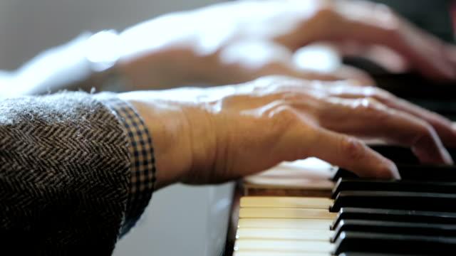 vídeos de stock e filmes b-roll de mãos envelhecidas a tocar música clássica ao piano: músico, arranjo, notas, - piano