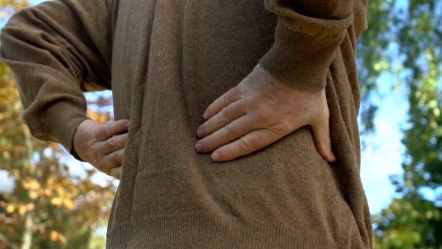 vídeos de stock, filmes e b-roll de homem envelhecido que sente a dor traseira, inflamação do rim, hérnia do disco espinal, saúde - rim órgão interno
