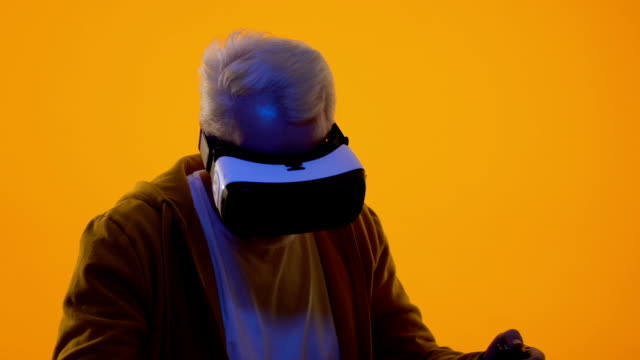 vídeos de stock e filmes b-roll de aged man wearing virtual reality headset, cyberspace game, entertainment device - man joystick