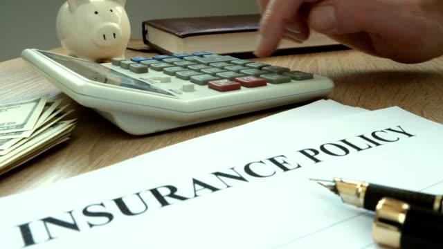 agent beräkning av kostnaden för försäkring. - försäkring bildbanksvideor och videomaterial från bakom kulisserna