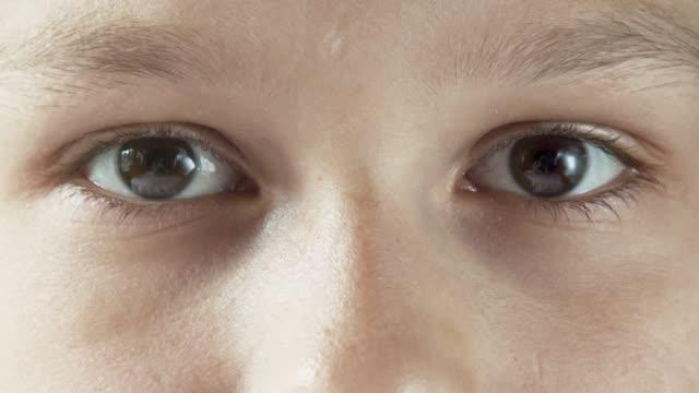 yaşlanmaya, büyüdükçe, gittikçe, zaman atlamalı. serisi. göz detayı. - timeline stok videoları ve detay görüntü çekimi
