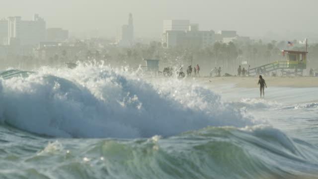 vidéos et rushes de vagues agitées sur la rive de venice beach - californie du sud