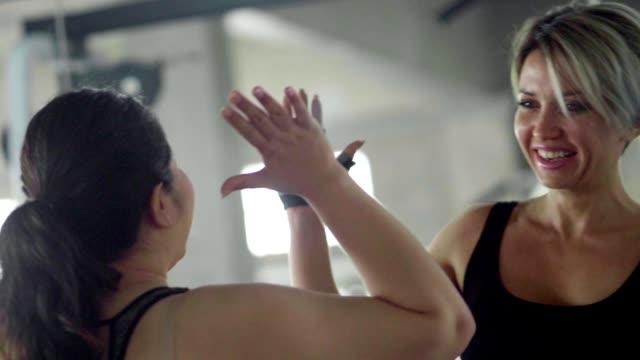 契約: アジア女性とフィットネスインストラクター - 肥満点の映像素材/bロール