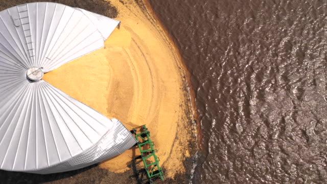 vídeos de stock e filmes b-roll de agricultural farm silo burst open by iowa state flood 2019 - vídeos de milho